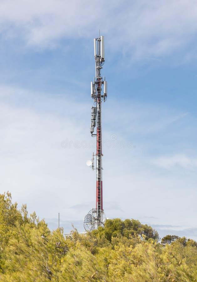 Toren communicatie hemel TV-toren op een achtergrond van blauwe hemel royalty-vrije stock afbeeldingen