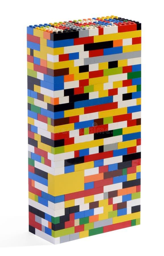 Toren die van kleurrijke bakstenen wordt geconstrueerd royalty-vrije stock afbeeldingen