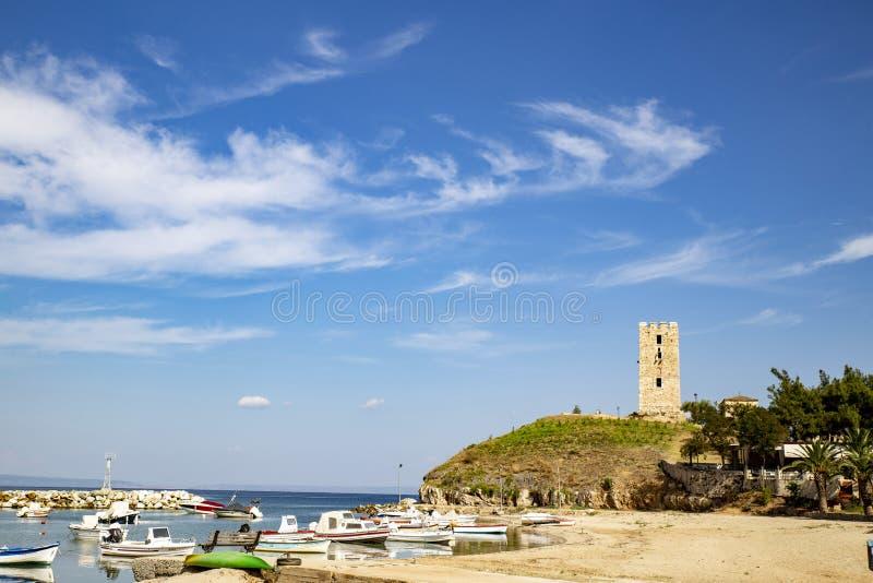 Toren in een kusttoeristendorp stock afbeeldingen