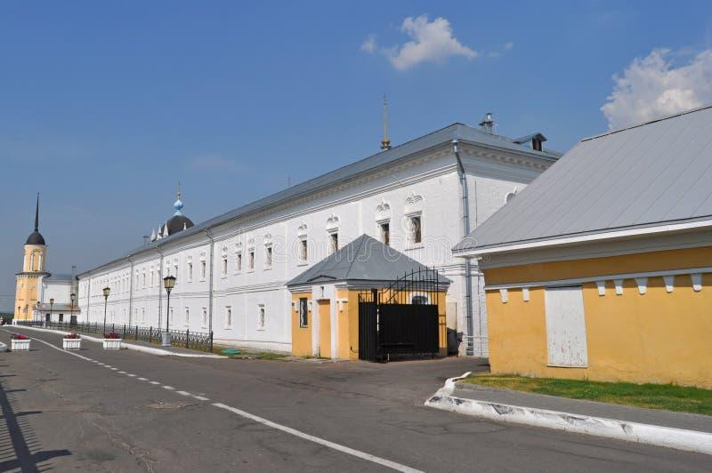 Toren en muren van het Nieuwe Golutvin-klooster in historisch centrum van Kolomna-stad royalty-vrije stock foto