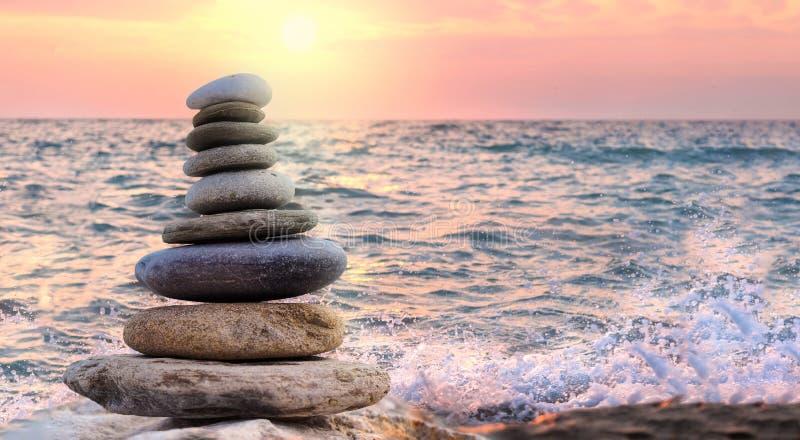 Toren en onduidelijk beeldachtergrond van stenen door het overzees wordt gemaakt die stock fotografie