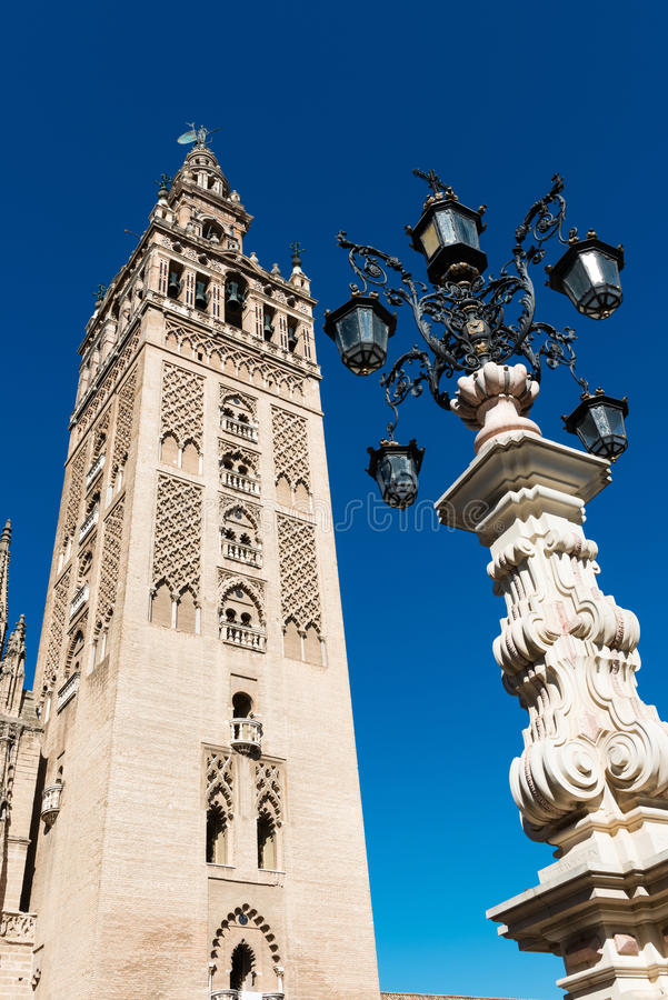 Toren en spits van Giralda in Sevilla stock foto