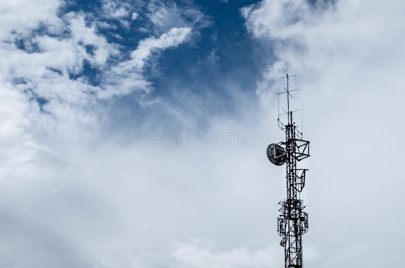 Toren met antennes en wolken royalty-vrije stock afbeelding