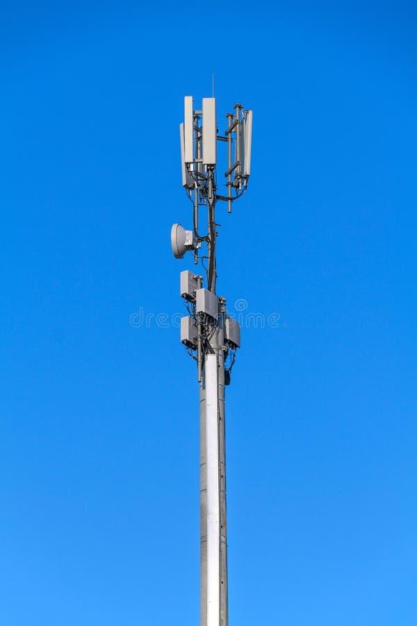 Toren met antennes van cellulaire mededeling stock afbeeldingen