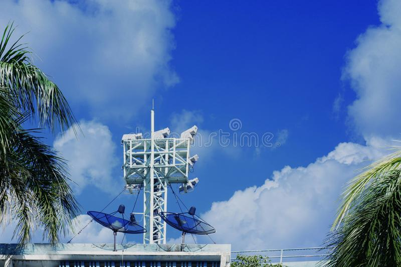Toren met antennes van cellulaire mededeling stock foto's