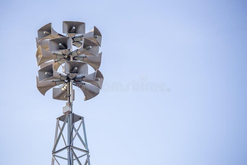 Toren met bos van luidsprekers voor mededeling en announcin stock foto