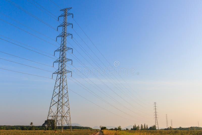 Toren met hoog voltage stock afbeeldingen
