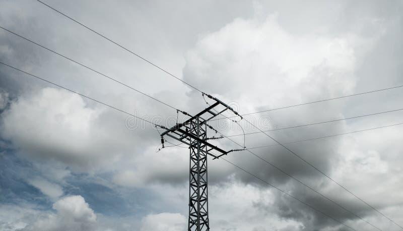 Toren met hoog voltage in het midden stock afbeeldingen