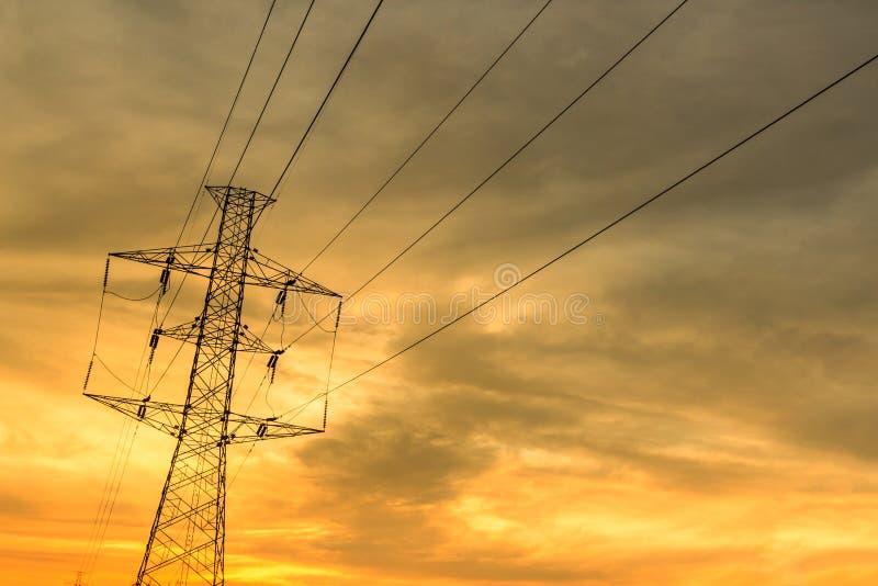 Toren met hoog voltage met zonsonderganghemel royalty-vrije stock foto's
