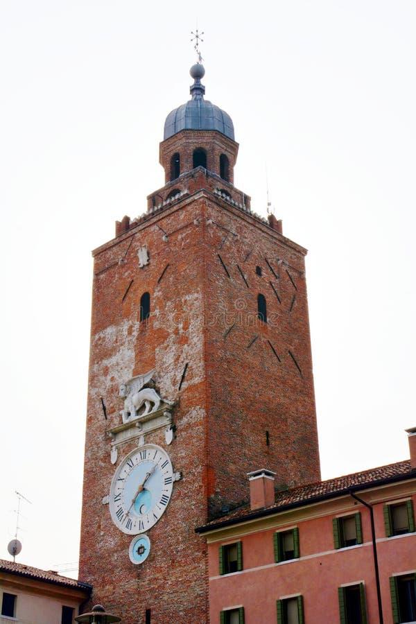 Toren, muren, rivier, bomen en straat in Castelfranco Veneto, in Italië royalty-vrije stock afbeeldingen