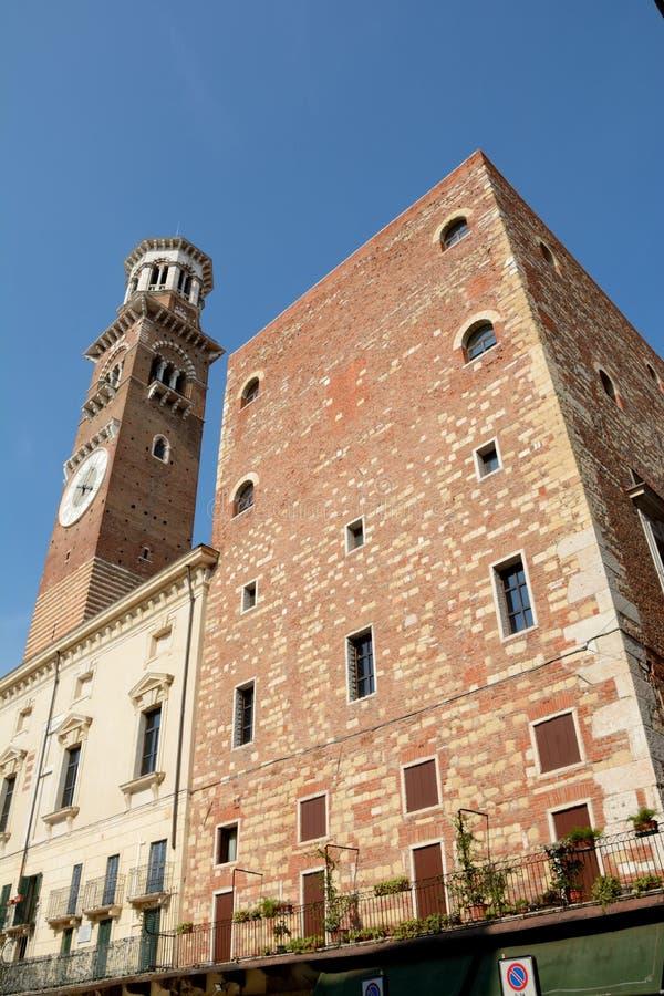 Toren op Piazza het vierkant van Delle Erbe in Verona, Italië royalty-vrije stock fotografie