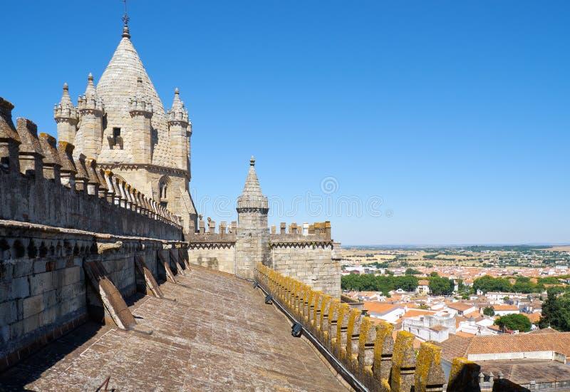 Toren over het geveltopdak van de Kathedraal van Evora (Basiliekkathedraal van Onze Dame van Veronderstelling) Evora portugal royalty-vrije stock fotografie