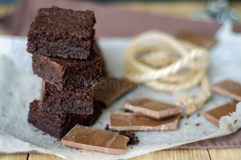 Toren van browniestukken en gebroken chocolade royalty-vrije stock foto