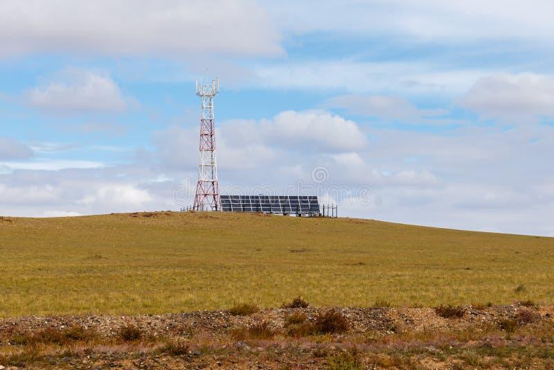 Toren van cellulaire communicatie met zonnepanelen royalty-vrije stock fotografie