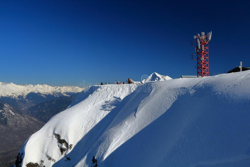 Toren van cellulaire mededeling in de bergen royalty-vrije stock fotografie