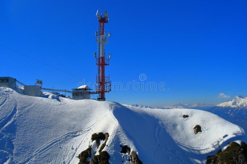 Toren van cellulaire mededeling over de snow-covered helling Rusland stock foto