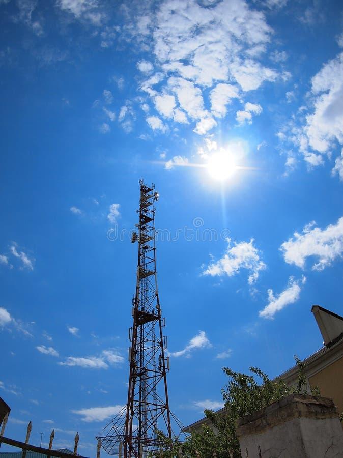 Toren van cellulaire mededeling tegen de blauwe hemel royalty-vrije stock afbeeldingen