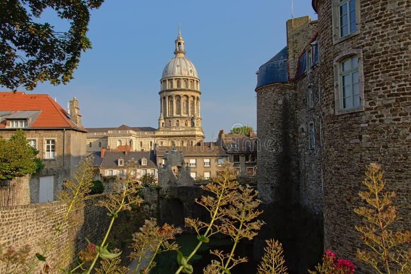 Toren van de basiliek van Boulogne sur mer, Frankrijk, van de stadsmuren die wordt gezien stock foto's