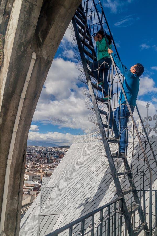 Toren van de Basiliek van de Nationale Gelofte in Quito stock foto's