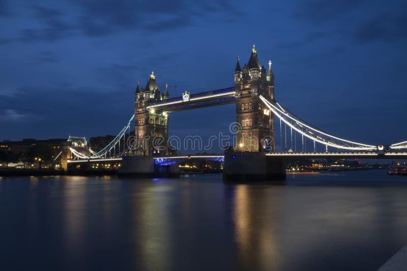 Toren van de Bruid van Londen bij nacht royalty-vrije stock foto's