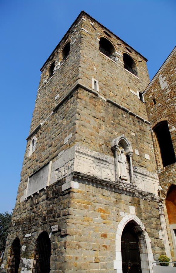 Toren van de Kathedraal van San Giusto Martire in Triëst in Friuli Venezia Giulia (Italië) stock afbeeldingen