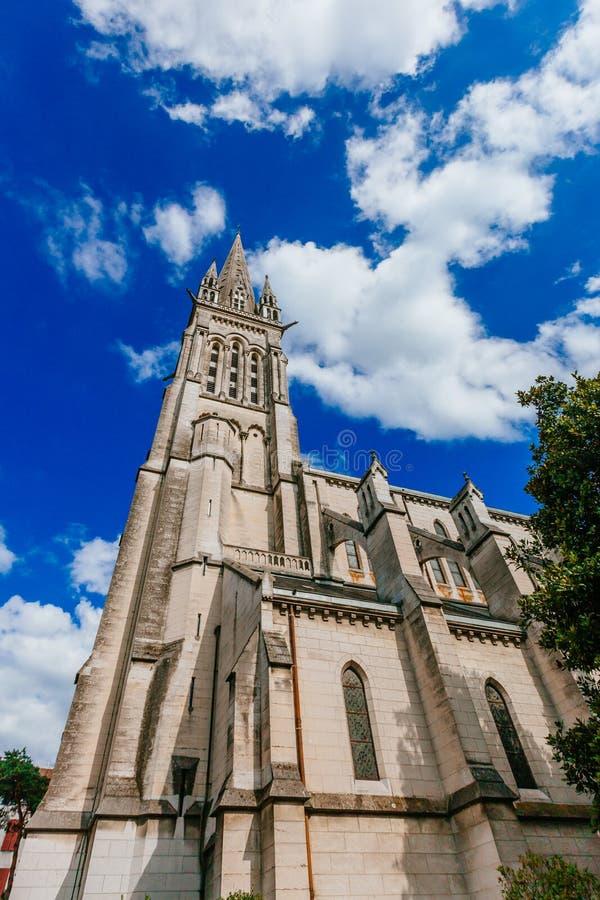 Toren van de Kerk van Saint Martin in het stadscentrum van Pau, Frankrijk stock foto's