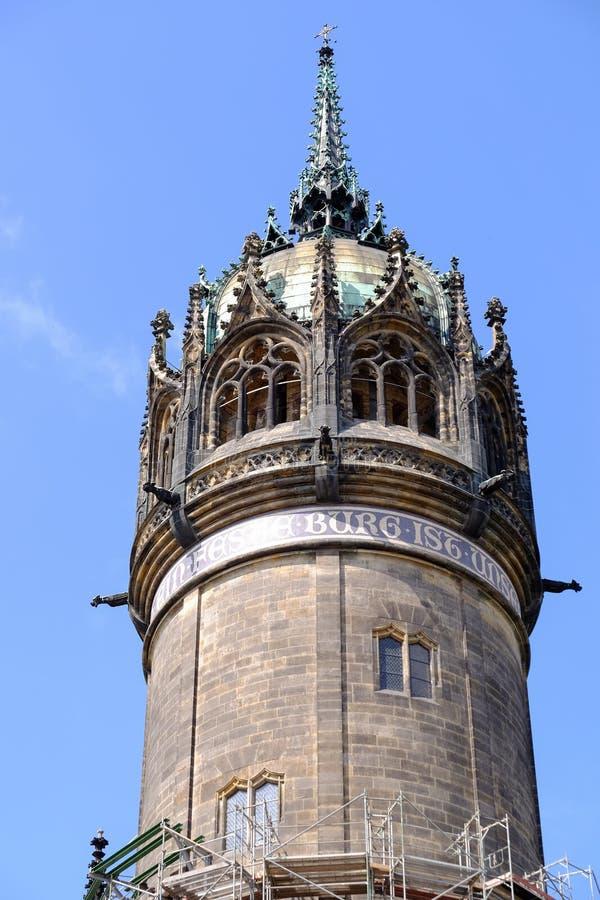 Toren van de kerk in Wittenberg waar Martin Luther predikte stock foto's