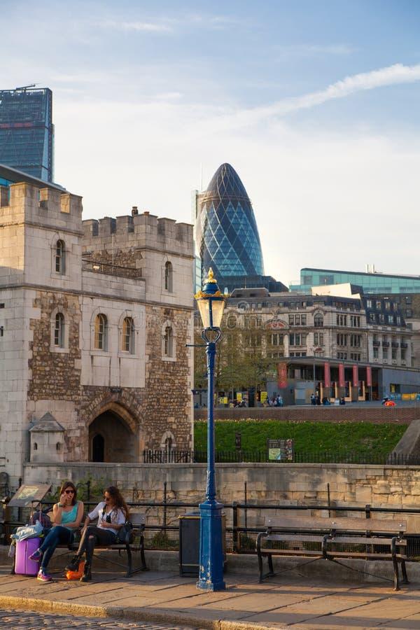 Toren van de muren van Londen en moderne glasgebouwen van bedrijfsaria op de achtergrond stock foto's