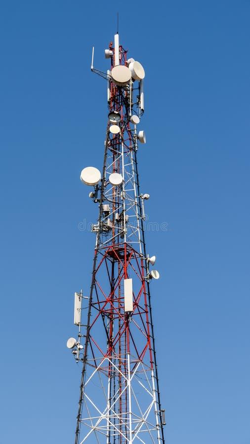 Toren van de uitzendings de Satellietantenne stock foto's