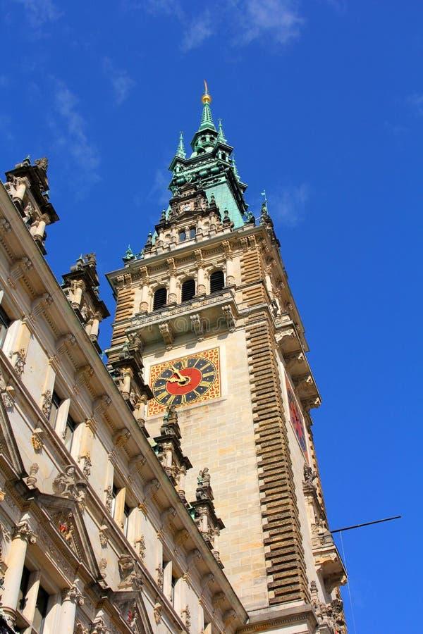 Toren van een oud gebouw met een klok stock afbeelding