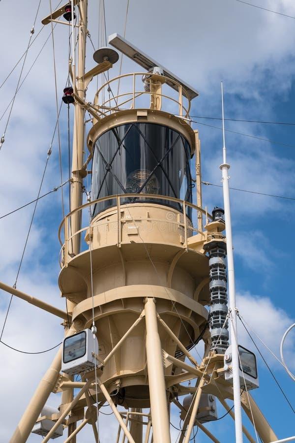Toren van een reddingsschip met radar, lichten en communicatie equi royalty-vrije stock fotografie