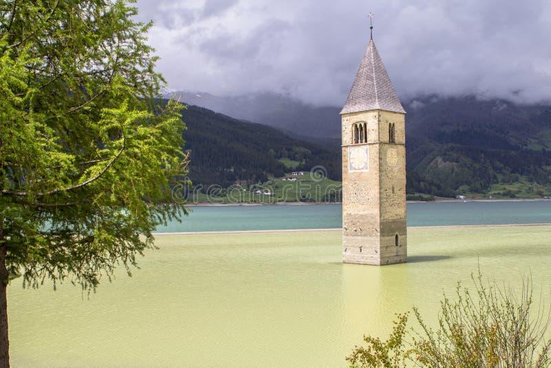 Toren van gedaalde kerk in Resia-meer, Italië royalty-vrije stock afbeelding