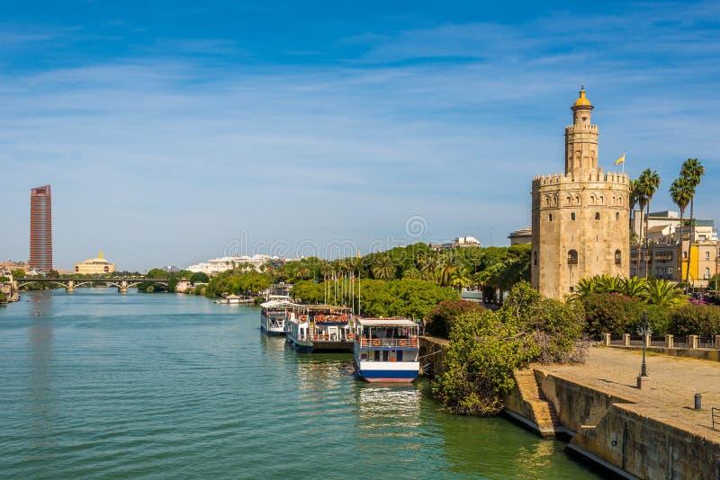 Toren van gouden Torre del Oro met de rivier van Guadalquivir in Sevilla, Spanje stock foto's