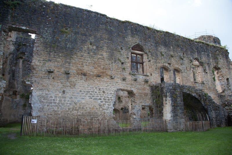 Toren van het oude kasteel, donkerblauwe hemel op achtergrond stock afbeeldingen