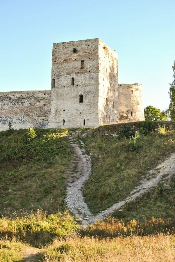Toren van Izborsk-vesting dichtbij Pskov Rusland stock foto's