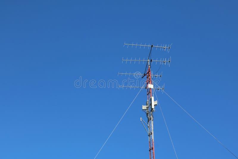 Toren van mededeling tegen de blauwe hemel royalty-vrije stock fotografie