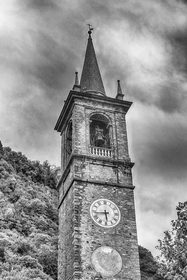 Toren van St George& x27; s kerk in Varenna, Meer Como, Italië stock foto's