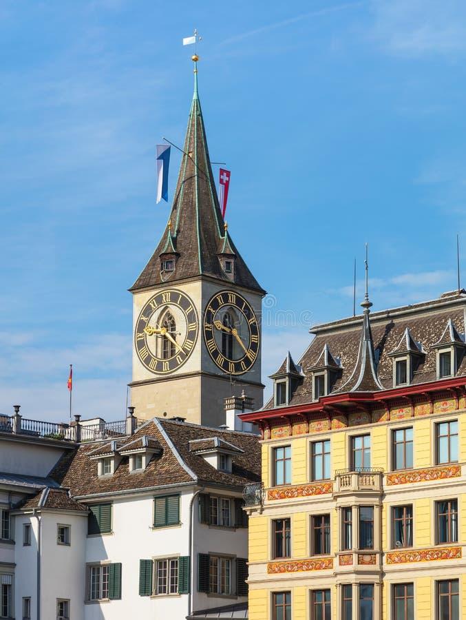 Toren van St Peter Church boven gebouwen van het historische deel van de stad van Zürich royalty-vrije stock foto