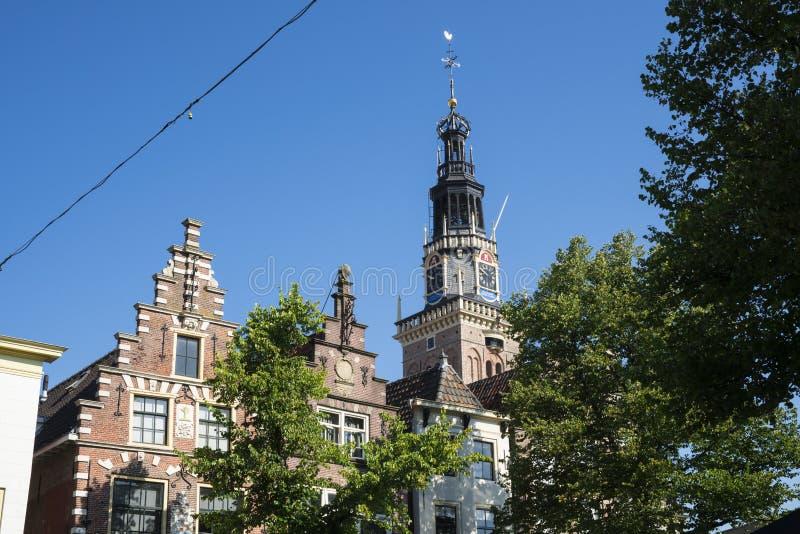 Toren van waag en gestapte geveltophuizen, Alkmaar, Nederland stock fotografie