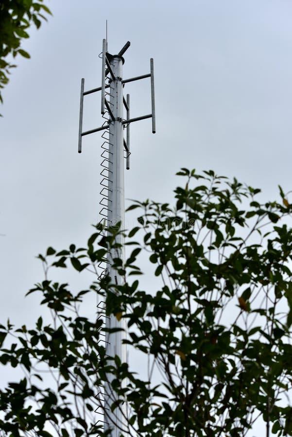 Torenbouw om de antenne van het draadloze communicatiesysteem te installeren stock fotografie