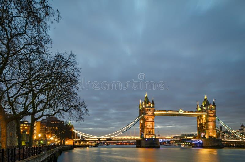 Torenbrug bij schemering (Londen) stock foto's
