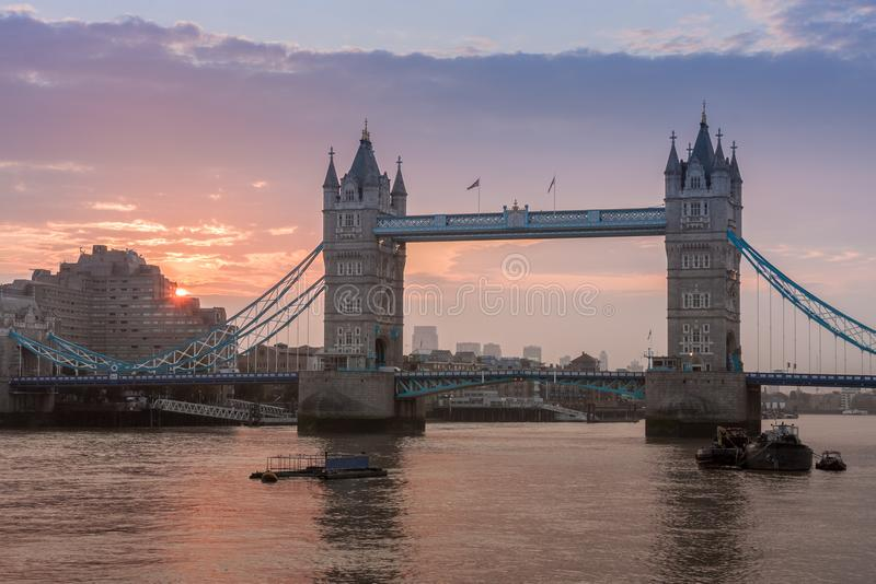 Torenbrug in de zonsopgangtijd, Londen, Engeland stock foto