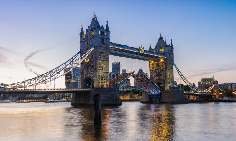 Torenbrug in Londen bij Zonsondergang, het UK Ophaalbrug het openen Op royalty-vrije stock foto