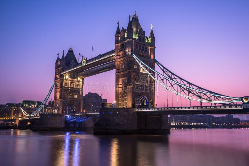 Torenbrug in Londen bij zonsopgang stock afbeelding
