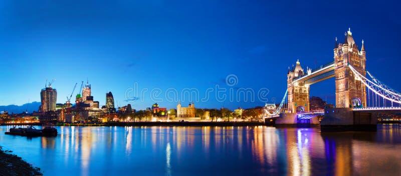 Torenbrug in Londen, het UK bij nacht stock afbeelding