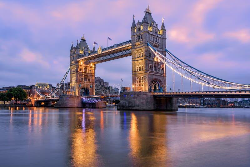 Torenbrug in Londen, het UK, in het licht van de zonsopgangochtend royalty-vrije stock foto's
