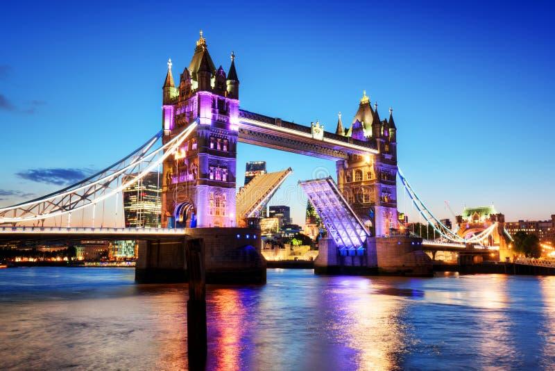 Torenbrug in Londen, het UK Nachtlichten bij recente zonsondergang stock foto's