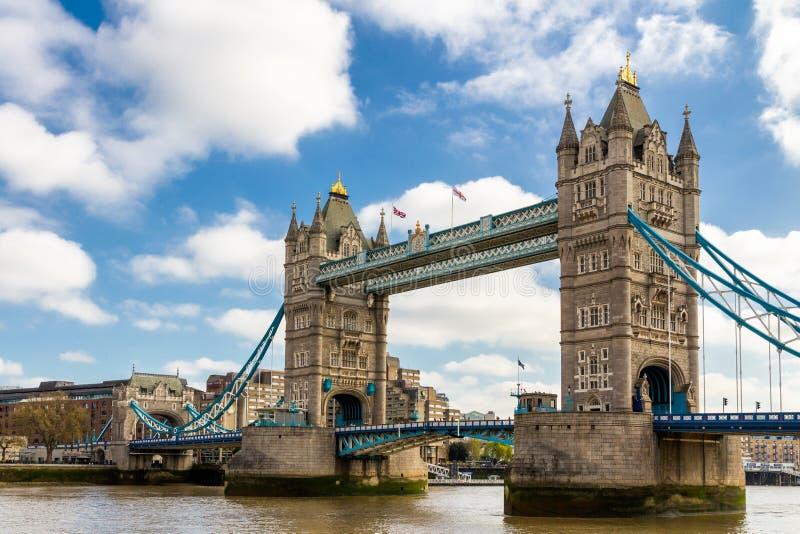 Torenbrug in Londen, het UK Zonsondergang met mooie wolken Dr. royalty-vrije stock foto