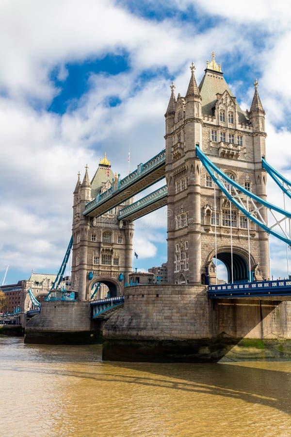 Torenbrug in Londen, het UK Zonsondergang met mooie wolken Dr. stock afbeelding