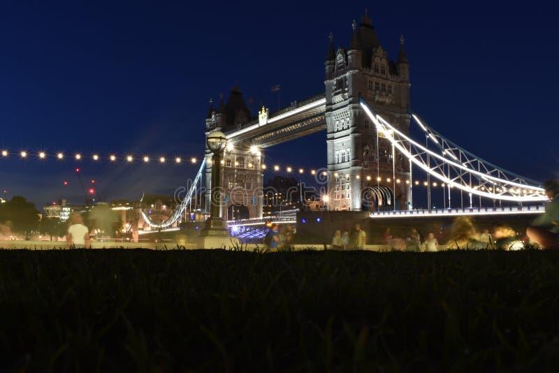Torenbrug in Londen, het UK Zonsondergang met mooie wolken Ophaalbrug het openen royalty-vrije stock foto